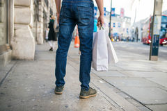 Hombre irreconocible con los panieres en la calle, visión trasera Imagen de archivo libre de regalías