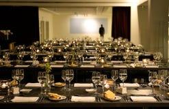 Hombre irreconocible que se coloca solamente, partido de cena, restaurante moderno Foto de archivo
