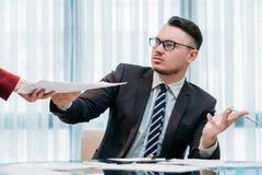 Hombre irritable descontento del documento gruñón del jefe foto de archivo