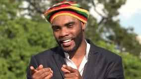 Hombre jamaicano feliz que canta almacen de metraje de vídeo