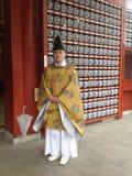 Hombre japonés cerca del templo Fotografía de archivo