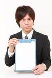 Hombre japonés joven con el tablero de mensajes Imágenes de archivo libres de regalías