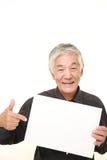Hombre japonés mayor con el tablero de mensajes Imagen de archivo libre de regalías