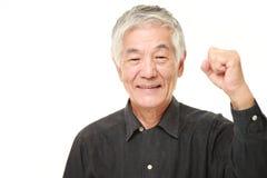 Hombre japonés mayor en una actitud de la victoria Fotos de archivo