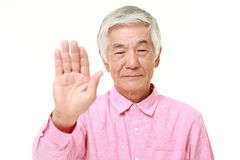 Hombre japonés mayor que hace gesto de la parada Fotografía de archivo libre de regalías
