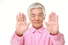 Hombre japonés mayor que hace gesto de la parada Imagen de archivo libre de regalías