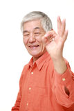 Hombre japonés mayor que muestra la muestra perfecta Imagen de archivo libre de regalías