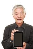 Hombre japonés mayor que sostiene un Tablet PC Imagen de archivo