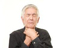 Hombre japonés mayor que tiene dolor de la garganta Fotos de archivo libres de regalías