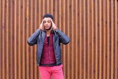 Hombre joven árabe atractivo, estudiante Feels Headache, con la cabeza a imagen de archivo