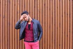 Hombre joven árabe atractivo, estudiante Feels Headache, con la cabeza a foto de archivo