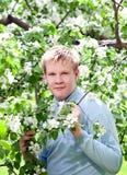 Seres humanos, adolescente que se coloca cerca del manzano floreciente. Foto de archivo libre de regalías