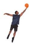 Hombre joven africano que juega a baloncesto Imagenes de archivo