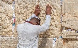 Hombre joven afroamericano indefinido rogar en la pared occidental jerusal?n foto de archivo