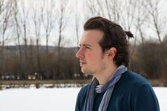 Hombre joven aislado en el paisaje Nevado Foto de archivo