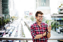 Hombre joven al aire libre que hojea el concepto de Smartphone Imágenes de archivo libres de regalías