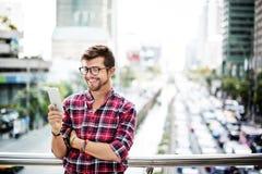 Hombre joven al aire libre que hojea el concepto de Smartphone Fotos de archivo libres de regalías