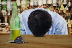 Hombre joven alcohólico en barra Imagen de archivo libre de regalías