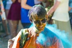 Hombre joven alegre con los vidrios en polvo azul Fotografía de archivo