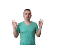 Hombre joven alegre en camisa que gesticula la muestra aceptable Imagen de archivo libre de regalías