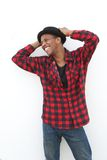Hombre joven alegre que ríe al aire libre Foto de archivo libre de regalías