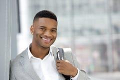Hombre joven alegre que sonríe con el bolso Imagen de archivo
