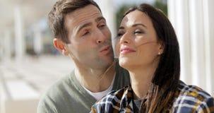 Hombre joven amoroso que besa a su novia almacen de video