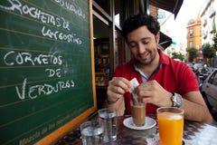 Hombre joven andaluz que desayuna Foto de archivo