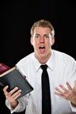 Hombre joven angustiado que sostiene las biblias Foto de archivo