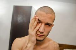 Hombre joven apenas despertado en dormitorio imagen de archivo libre de regalías