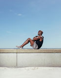 Hombre joven apto que ejercita al aire libre Fotos de archivo
