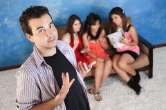Hombre joven arrogante con las novias Fotos de archivo libres de regalías