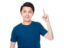 Hombre joven asiático con el destacar del finger Fotos de archivo