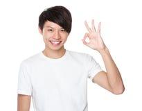 Hombre joven asiático con gesto aceptable de la muestra Imagenes de archivo