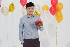 Hombre joven asiático en escena del partido imagenes de archivo