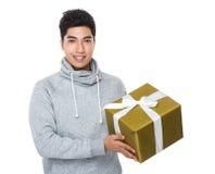 Hombre joven asiático que se sostiene con la actual caja grande Fotografía de archivo
