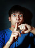Hombre joven asustado Fotos de archivo libres de regalías