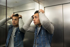 Hombre joven asustado desesperado en elevador pegado Fotografía de archivo libre de regalías