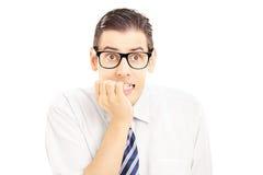 Hombre joven asustado que mira la cámara Imágenes de archivo libres de regalías