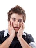 Hombre joven asustado sorprendente aislado en blanco Imagen de archivo libre de regalías