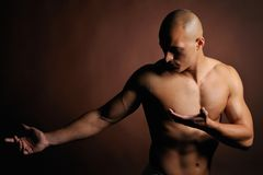 Hombre joven atlético foto de archivo libre de regalías