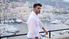 Hombre joven atlético atractivo en Mónaco almacen de metraje de vídeo
