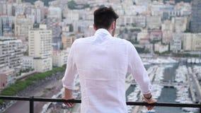 Hombre joven atlético atractivo en Mónaco almacen de video