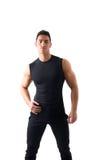 Hombre joven atlético hermoso en camiseta negra fotografía de archivo libre de regalías