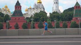 Hombre joven atlético que corre contra Moscú el Kremlin Fotografía de archivo libre de regalías