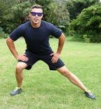 Hombre joven atlético que hace ejercicios Imagen de archivo libre de regalías