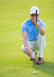 Hombre joven atlético que juega a golf Imagenes de archivo