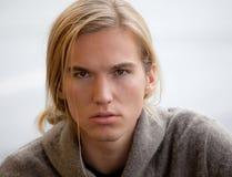 Hombre joven atractivo con el pelo largo Imagen de archivo