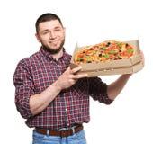 Hombre joven atractivo con la pizza deliciosa en el fondo blanco Foto de archivo