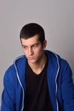 Hombre joven atractivo del pensador en sudadera con capucha azul Fotos de archivo